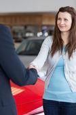 Vrouw schudden hand naar een dealer — Stockfoto