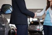 Prodavač potřásl rukou ženy — Stock fotografie