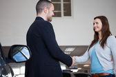 Säljare skaka hand med en klient — Stockfoto