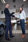Mannen skakar hand med kvinna — Stockfoto