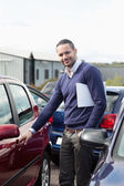 Man holding a car handle while holding a file — Stock Photo