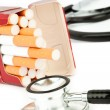 Cigarette pack next to a stethoscope - Foto Stock