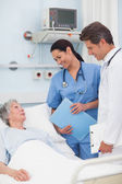 Starší pacient mluví pro lékaře a zdravotní sestry — Stock fotografie