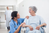 Elderly patient looking at a nurse — Photo