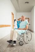 Paciente masculino en una silla de ruedas — Foto de Stock