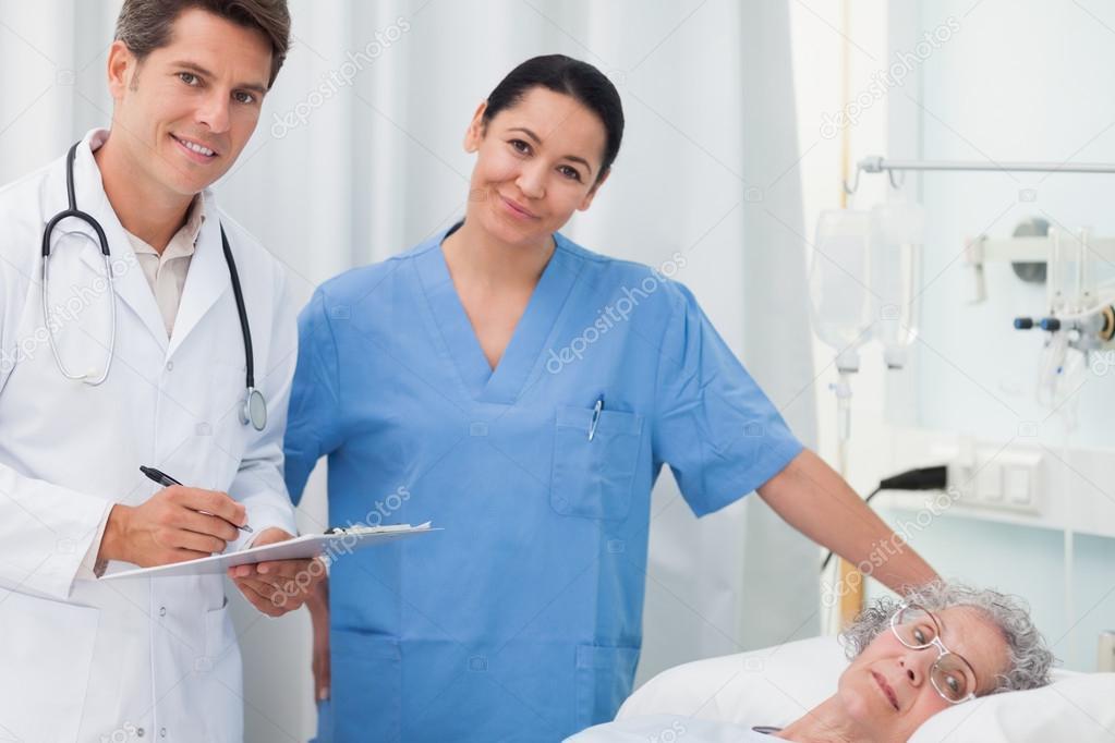 что делелает врач во время проверки девушек фото