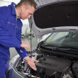 Mechanic showing an engine — Stockfoto