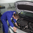 Mechanic repairing a car — Stockfoto