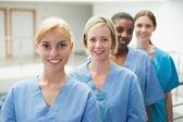 Vrouwelijke verpleegster camera kijken — Stockfoto