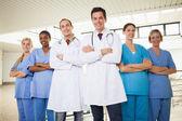 Läkare med sjuksköterskor med armarna korsade — Stockfoto