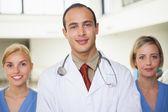 Lékař a zdravotní sestra na obou stranách — Stock fotografie