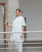 Patienten, die zu fuß auf dem flur — Stockfoto