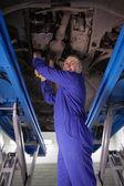 Reparar um carro de homem — Foto Stock