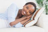 Mulher negra, deitado de lado — Fotografia Stock