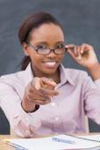 Die hand des einen strengen lehrer im fokus — Stockfoto