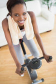 Alta vista di una donna nera su una cyclette — Foto Stock