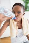 黒の女性の飲酒のクローズ アップ — ストック写真