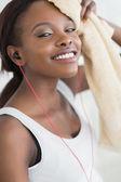 タオルで乾燥黒人女性のクローズ アップ — ストック写真