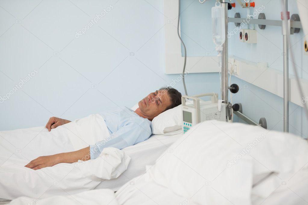 homme patient allong sur un lit m dical photographie wavebreakmedia 14152043. Black Bedroom Furniture Sets. Home Design Ideas
