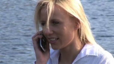 Young woman talking on cellphone — Stock Video