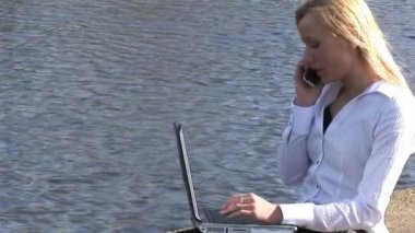 Young attractive blonde woman on laptop outdoors — Stock Video