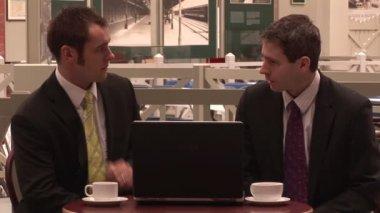 Deux homme d'affaires, boire du café — Vidéo