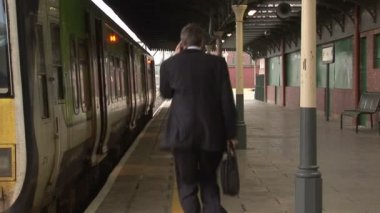 Business man at Train station — Stock Video