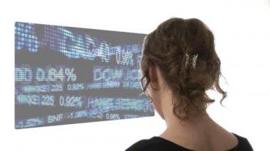 Vídeo de mulher olhando para o gráfico — Vídeo Stock