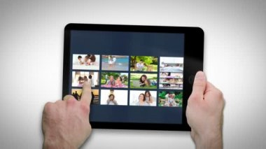 Tabletový počítač ukazuje rodiny relaxační — Stock video