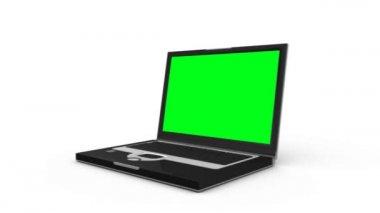 ноутбук скользит по полу и открывает показать зеленый экран, прежде чем появится еще один ноутбук — Стоковое видео