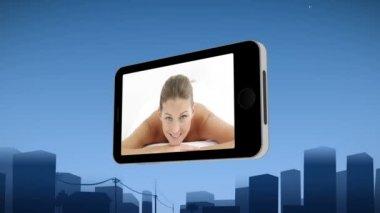 Smartphone waarop een vrouw in de spa — Stockvideo