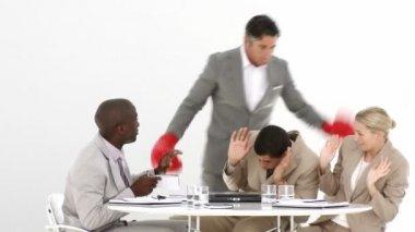 Boos manager raken van zijn team met bokshandschoenen — Stockvideo