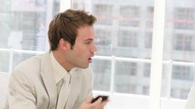 Empresario frustrado hablando por teléfono — Vídeo de stock