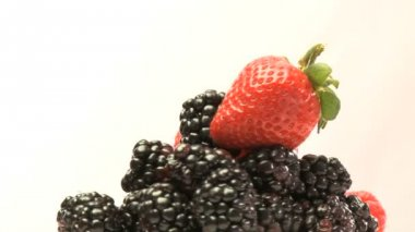 Rotary cluster of blackberries and strawberries — Stock Video