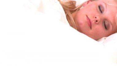 Femme moitié éveillé, couché dans son lit — Vidéo