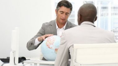 A meeting of businessmen around a terrestrial globe — Stok video