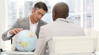Pewność przedsiębiorców patrząc globu ziemskiego — Wideo stockowe