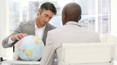 Vertrouwen ondernemers op zoek naar een terrestrische globe — Stockvideo