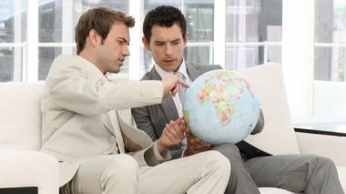 Biznesmeni patrząc globu ziemskiego — Wideo stockowe