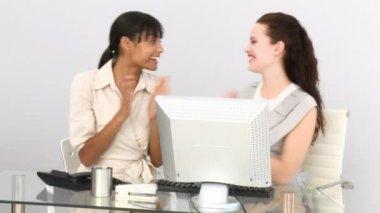 在他们的办公桌前很开心的女企业家 — 图库视频影像