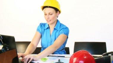 Architetto femmina usando un portatile in ufficio — Video Stock