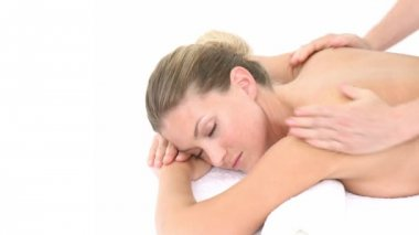 крупным планом молодой женщины, получающих массаж спины — Стоковое видео