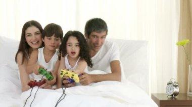Rodziny, grając w gry wideo w sypialni — Wideo stockowe