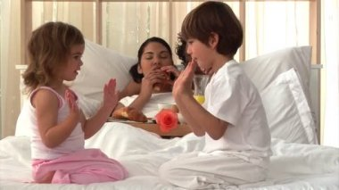 Attentive parents eating breakfast and children playing — Stock Video