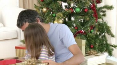 Close-up de pai e filha, abrir os presentes de Natal — Vídeo stock