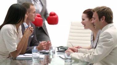 Zakelijke team in een vergadering wordt geleid door een senior zakenman — Stockvideo