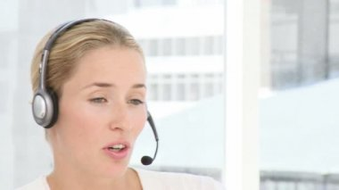 Business woman with headphones — Vídeo de stock