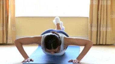 Athletic woman doing push-ups — Stock Video