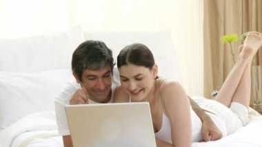 Woman and man in bed using a laptop — Stock Video