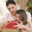 close-up de mãe e filha, abrir os presentes de Natal — Vídeo Stock #15391327
